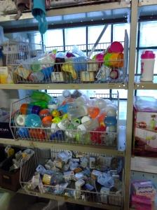 stock de matériel de puériculture dans des bacs