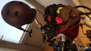 panier vélo, casque, sac, pantalon pluie, veste fluo